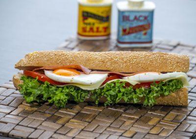 Μπαγκέτα λευκή: Μπέικον, τυρί, αυγό, ντομάτα, λόλα, μαγιονέζα 2%