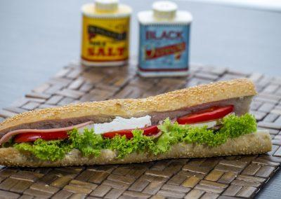 Μπαγκέτα λευκή: Μορταδέλα, φέτα, ντομάτα, λόλα μαγιονέζα 2%