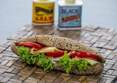 Μπαγκέτα ολικής: Γαλοπούλα, τυρι, ντομάτα, λόλα, μαγιονέζα 2%
