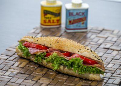Μπαγκετίνι: Σαλάμι αέρος, τυρί, φιλαδέλφεια, ντομάτα, λόλα