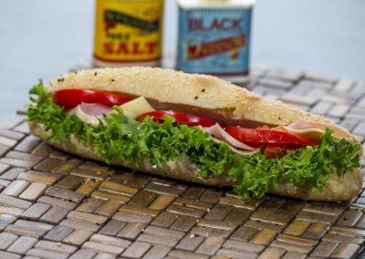 Μπαγκετίνι: Ζαμπόν, τυρί, ντομάτα, λόλα, μαγιονέζα 2%
